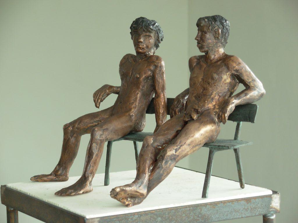 Twee mannen zittend op bankje